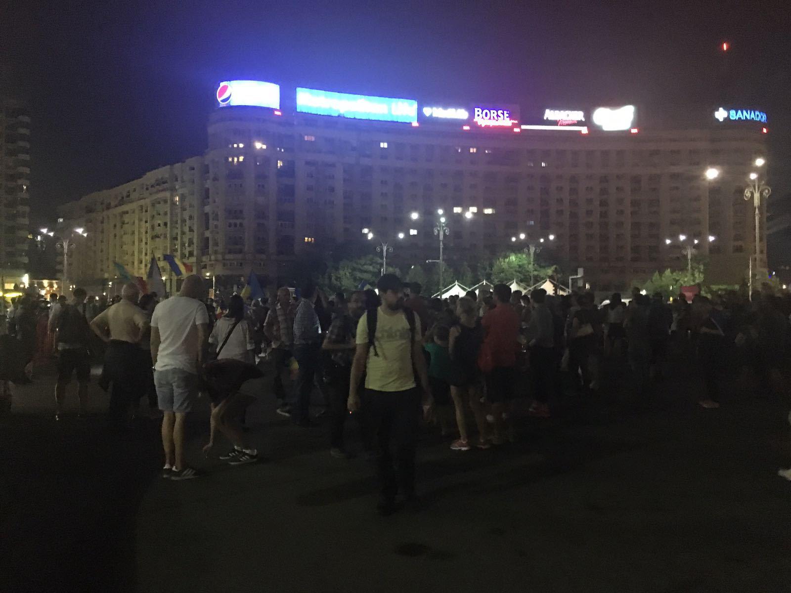 Zeci de oameni protestează în Piaţa Victoriei: `PSD, ciuma roşie`