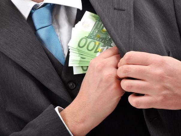 Bărbat care a primit 45.000 de euro pentru a interveni pe lângă un magistrat, reţinut