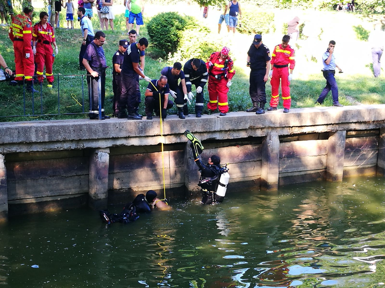 Un copil de 14 ani, aflat la joacă cu un prieten, s-a înecat într-un lac din judeţul Arad