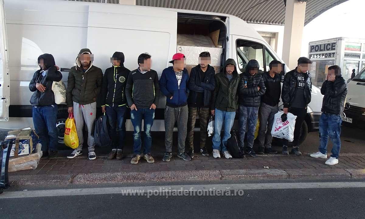 FOTO | Unsprezece migranţi au fost descoperiţi în timp ce se ascundeau într-un microbuz cu mobilă/ Alţi 14 cetăţeni irakieni, prinşi când încercau să intre ilegal în România