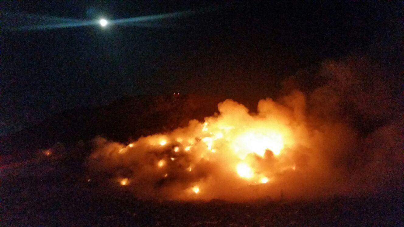 Pompierii intervin de peste patru ore pentru stingerea unui incendiu la groapa de gunoi din Braşov