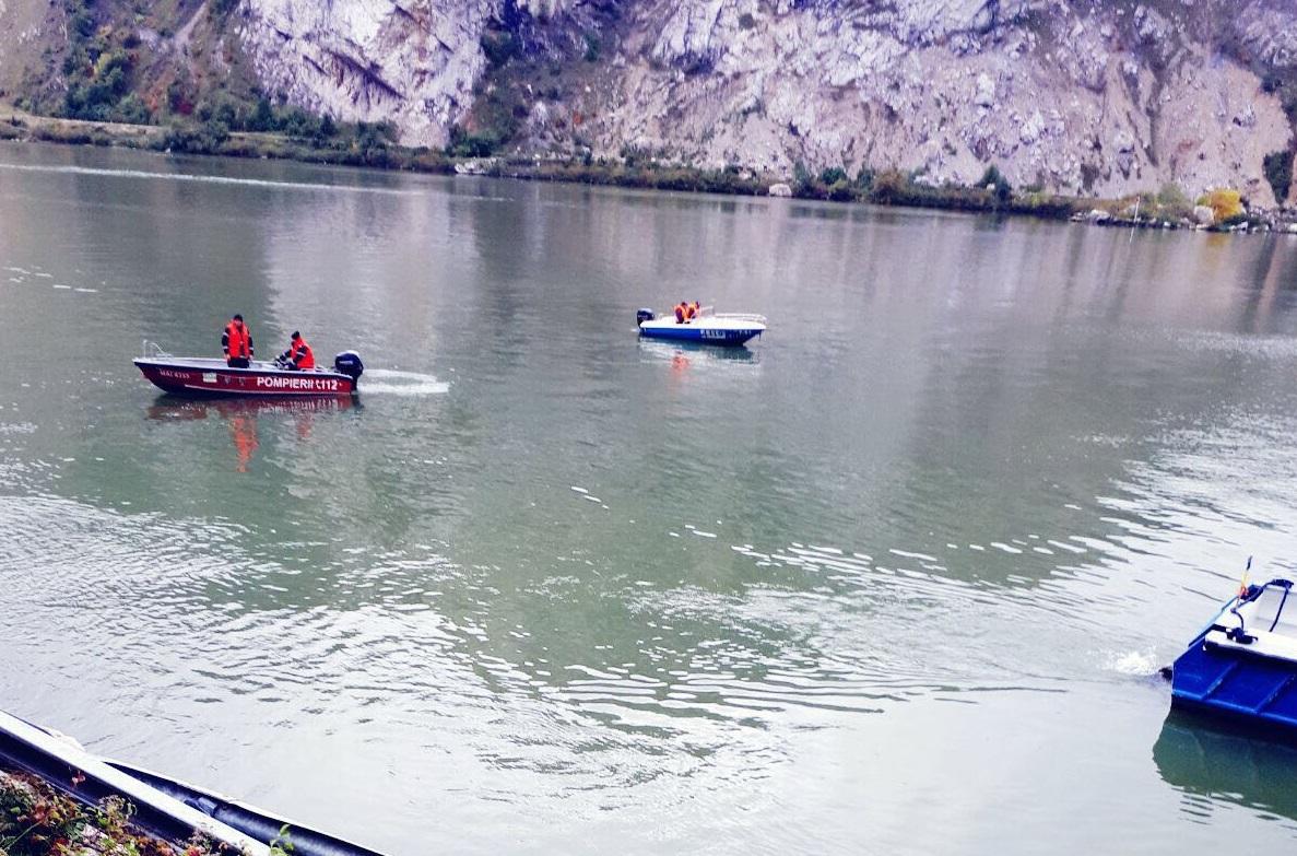 Accident GRAV. Maşina care a căzut în Dunăre, în care se află o familie cu doi copii, este la o adâncime de nouă metri. Căutările continuă | FOTO