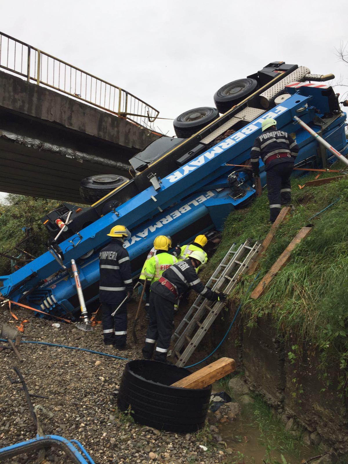 O macara de peste 40 de tone a căzut de pe un pod din Dâmboviţa. Şoferul a murit