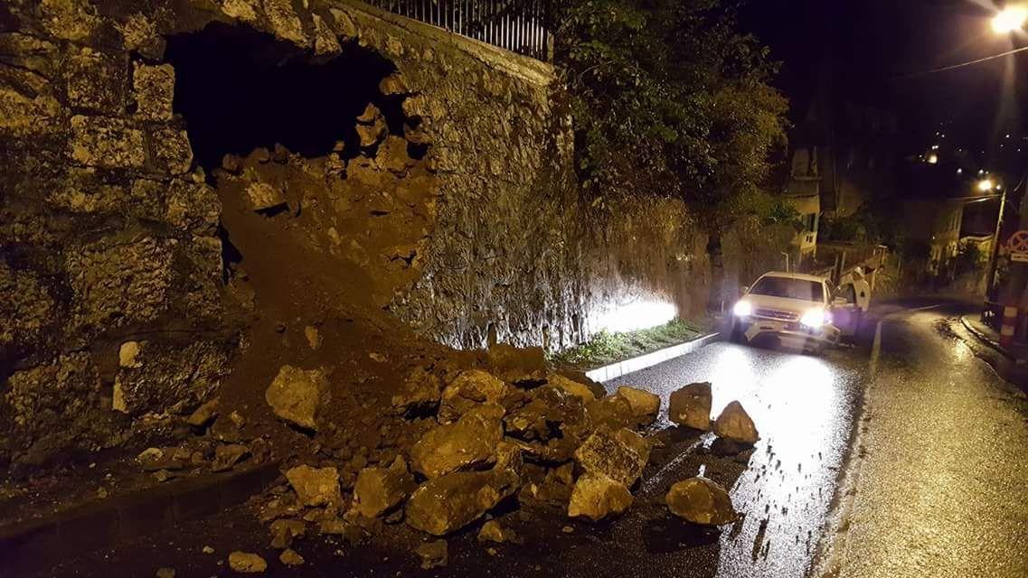 O porţiune de doi metri din zidul de susţinere al unei case din Braşov s-a prăbuşit după ce un şofer a intrat cu maşina în el