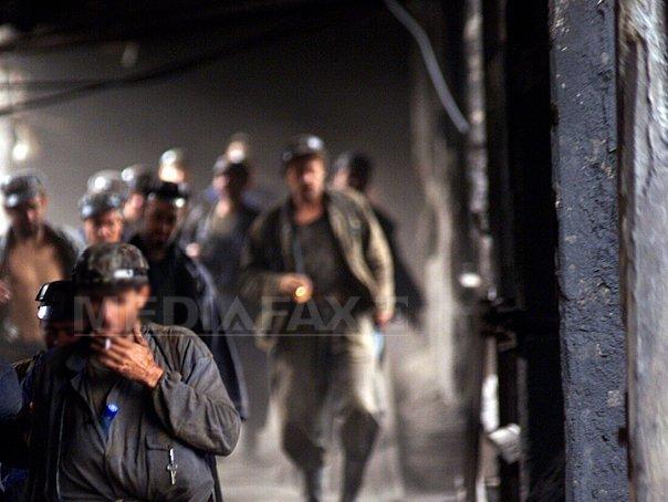 Minerul scos mort din MINA Lupeni, după ce o galerie s-a surpat, a fost condus pe ultimul drum de SUTE de oameni