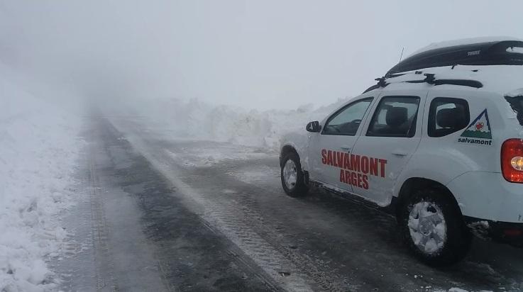 Strat de zăpadă de aproape 1 metru pe Transfăgărăşan. Drumarii intervin / Salvamontiştii sfătuiesc turiştii să nu se aventureze pe munte în aceste zile   FOTO, VIDEO