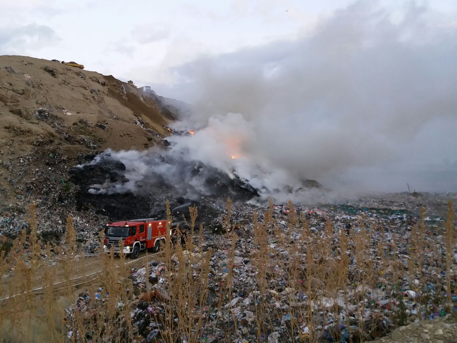 Incendiul izbucnit la groapa de gunoi din Braşov, stins după mai mult de trei zile