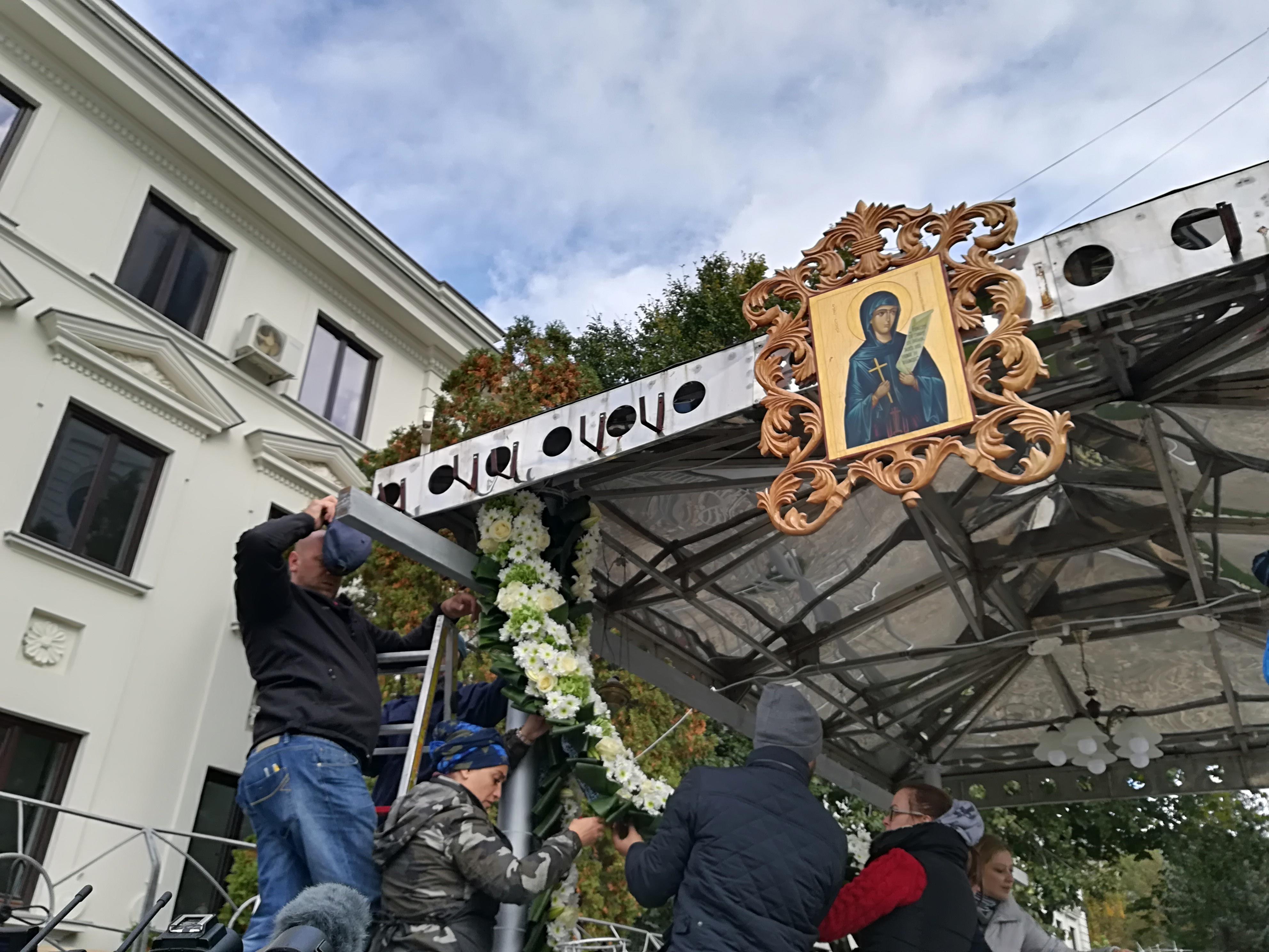 PELERINAJUL Cuvioasei Parascheva: Primii credincioşi au ajuns la Iaşi/ Mii de flori aduse de o familie din Bucureşti, pentru a împodobi catafalcul Sf. Parascheva | GALERIE FOTO