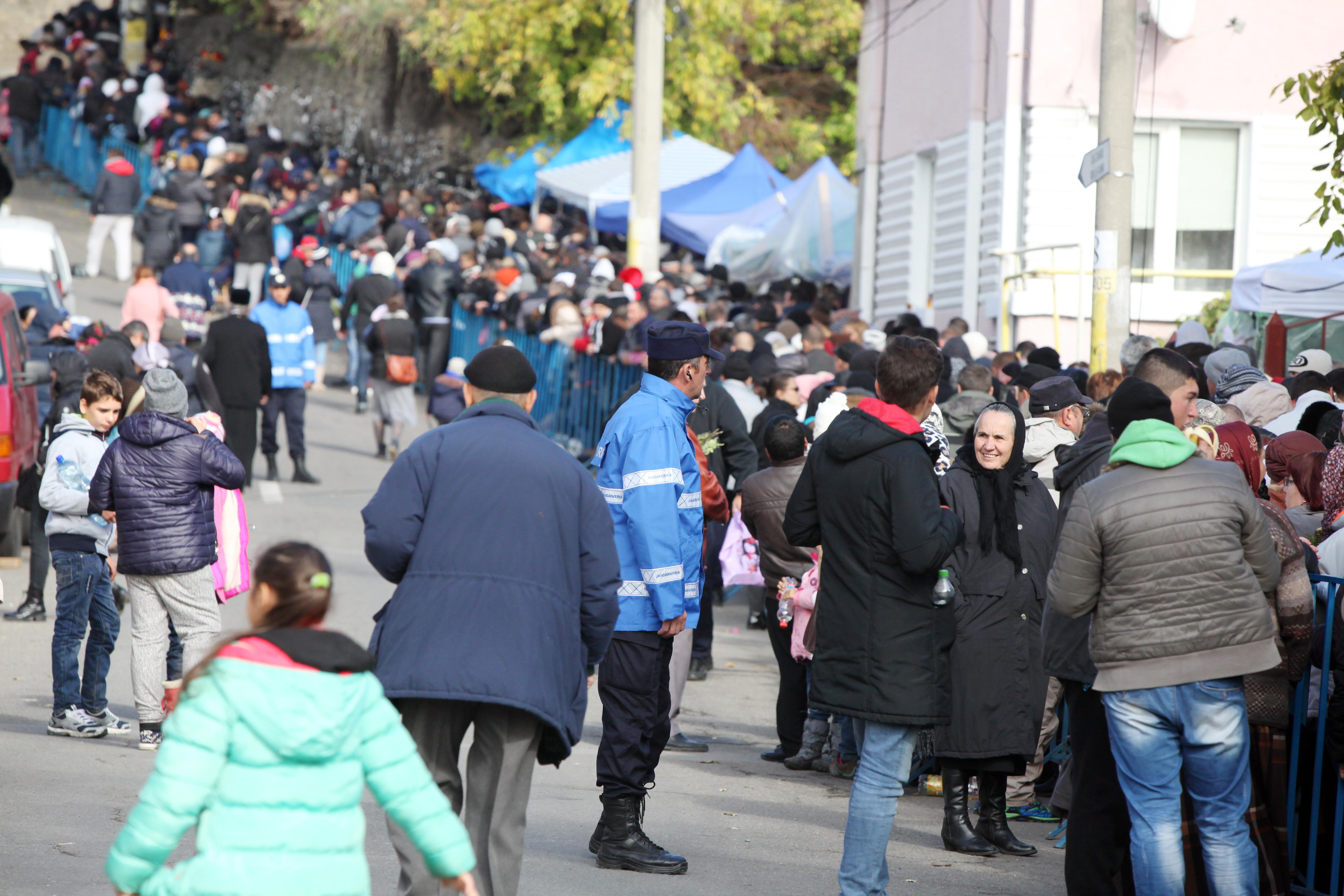 Sfânta Parascheva | Cel mai mare pelerinaj ortodox din România a început la Iaşi: 6.000 de persoane aşteaptă să ajungă la racla cu moaştele sfintei