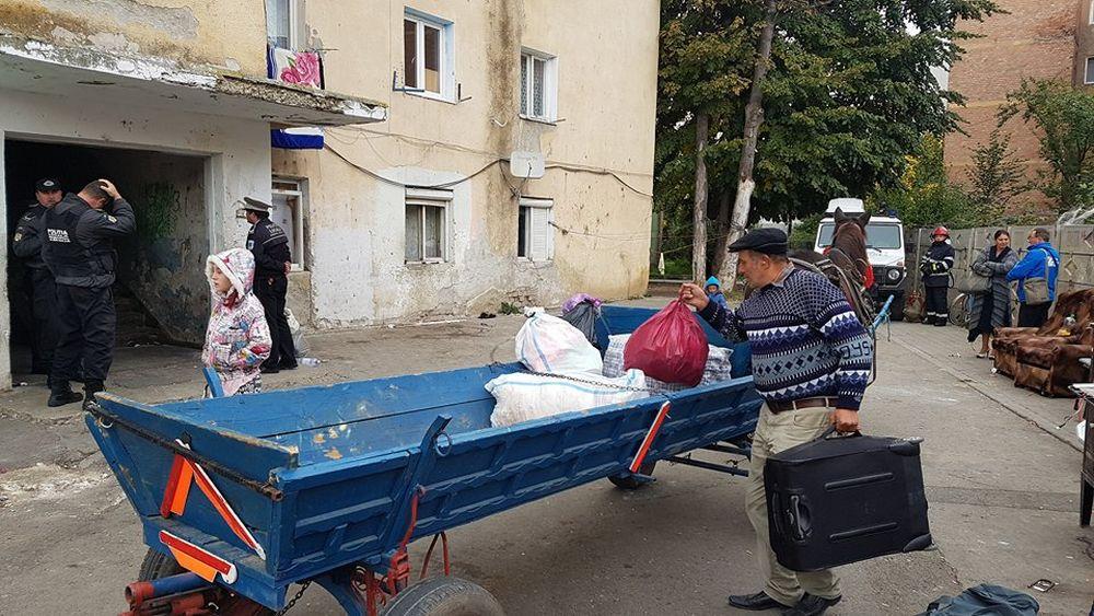 FOTO, VIDEO | 60 de familii de romi din Alba Iulia au fost evacuate cu scandal dintr-un bloc care urmează să fie demolat