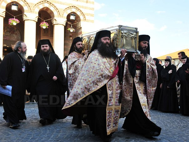 Arhiepiscopia Târgoviştei le-a oferit credincioşilor stick-uri cu chipul Sfântului Ierarh Nifon