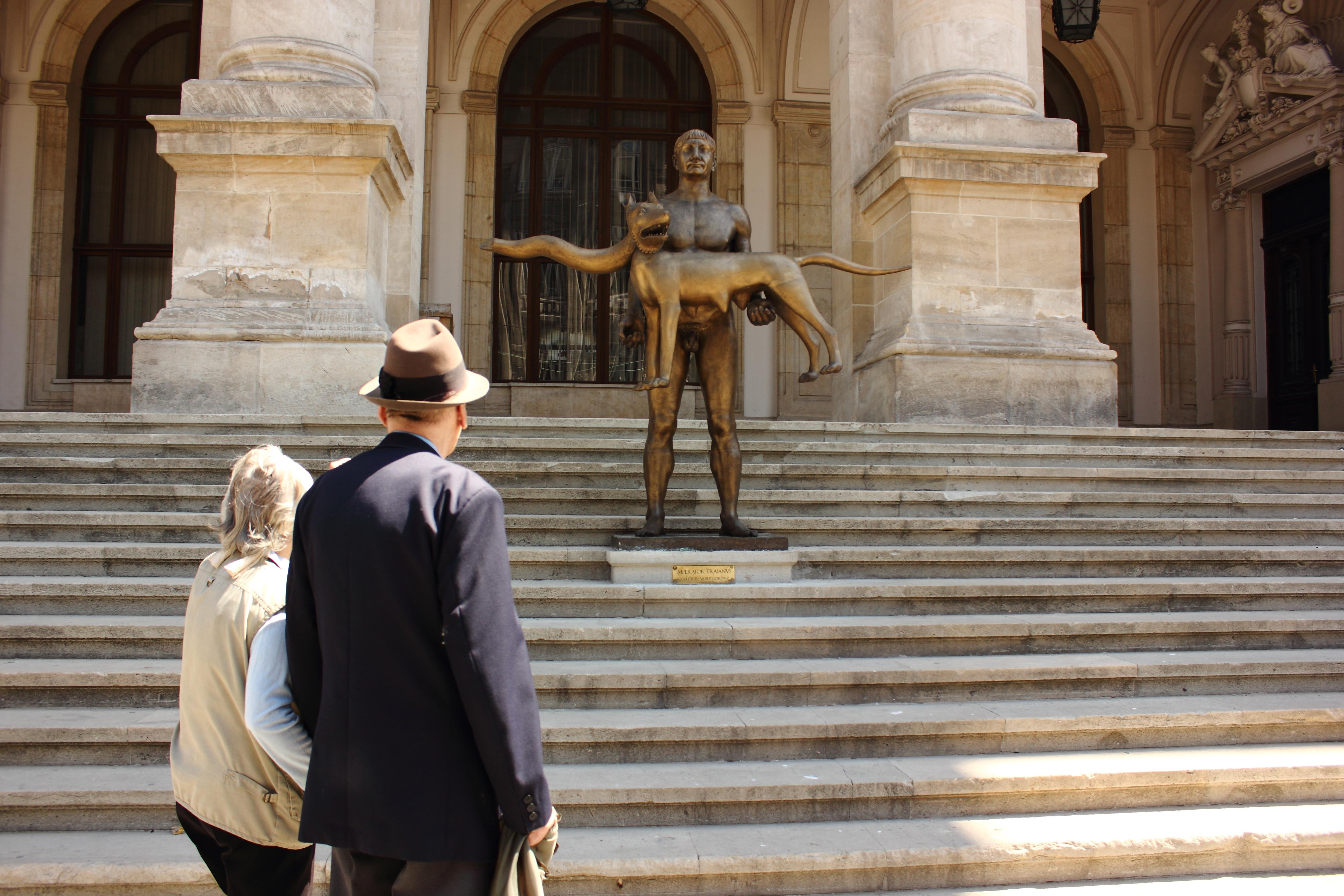 Statuia `Împăratului Traian` va fi luată din faţa Muzeului Naţional de Istorie, pentru restaurare, după ce a fost vandalizată