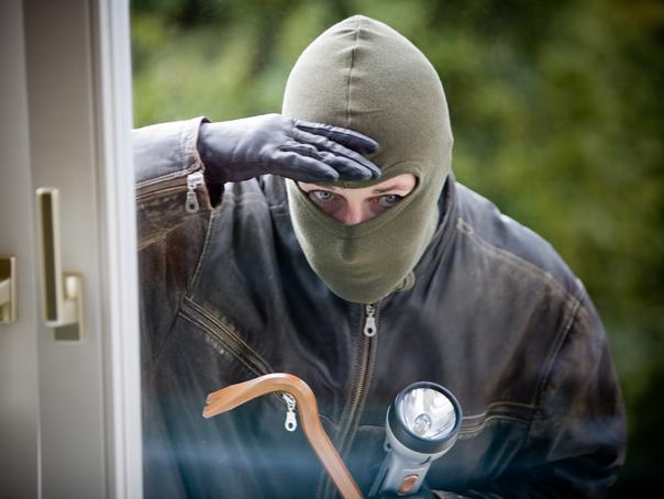 Tânărul mascat şi înarmat cu un cuţit care a jefuit o sală de jocuri din Petroşani a fost prins în timpul altor două tentative de jaf