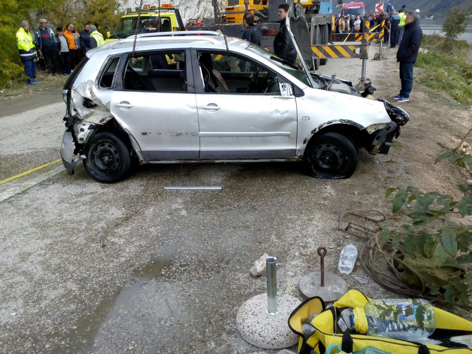 Maşina căzută sâmbătă în Dunăre, verificată la un service autorizat: portierele erau blocate / Cele patru persoane care ar fi dispărut sunt în continuare căutate