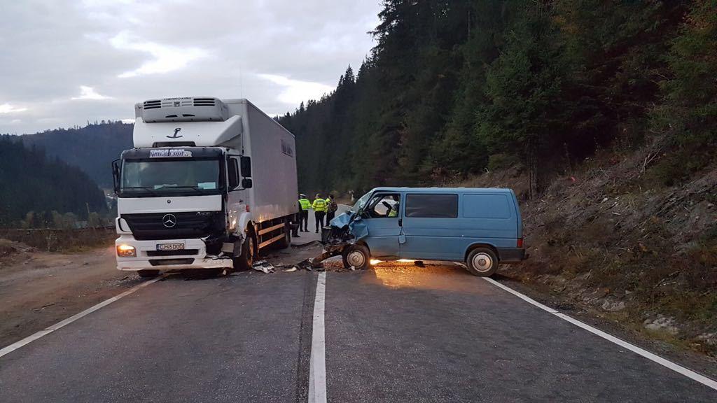 Şase persoane au fost rănite în urma unui accident rutier între un TIR şi un microbuz de transport persoane | FOTO