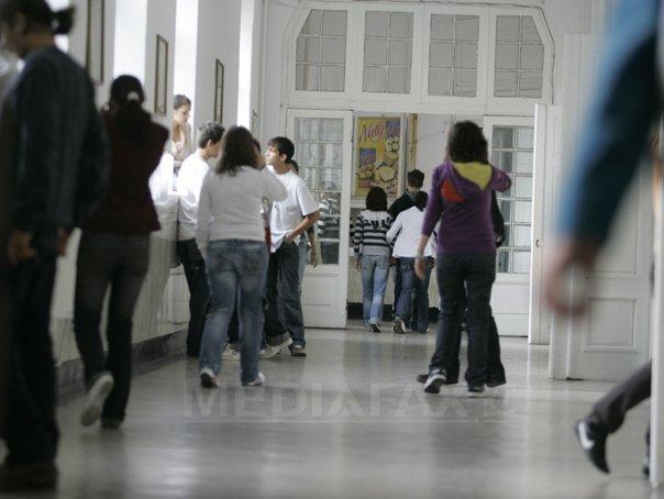 Tatăl unui elev din Râmnicu Vâlcea a fost reţinut pentru 24 de ore după ce a agresat trei minori şi un profesor, într-un liceu