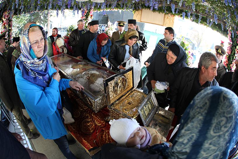Record de credincioşi în ultima noapte de PELERINAJ la Iaşi, la moaştele Cuvioasei Parascheva, pentru a fi binecuvântaţi în ziua ei de hram
