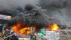 Imaginea articolului Incendiu VIOLENT la un depozit de mase plastice, lacuri şi vopseluri din Vaslui. Nu sunt victime/ UPDATE: Incendiul, stins după aproape patru ore - FOTO