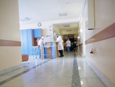 Imaginea articolului Imagini şocante dintr-un spital din România: o  infirmieră şterge cu mopul pe lângă un pacient căzut pe podea. Justificarea halucinantă a directorului