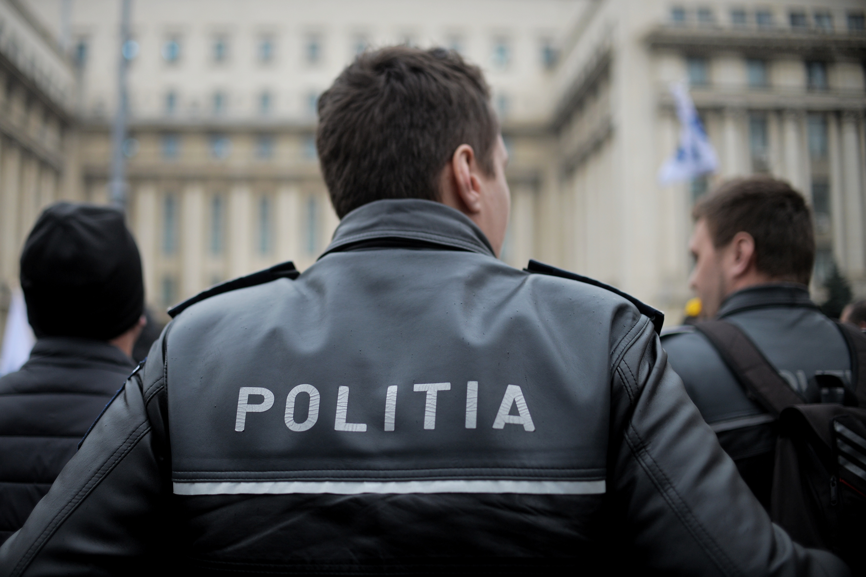 Un poliţist a trecut cu autospeciala peste un bărbat care era întins pe un drum naţional