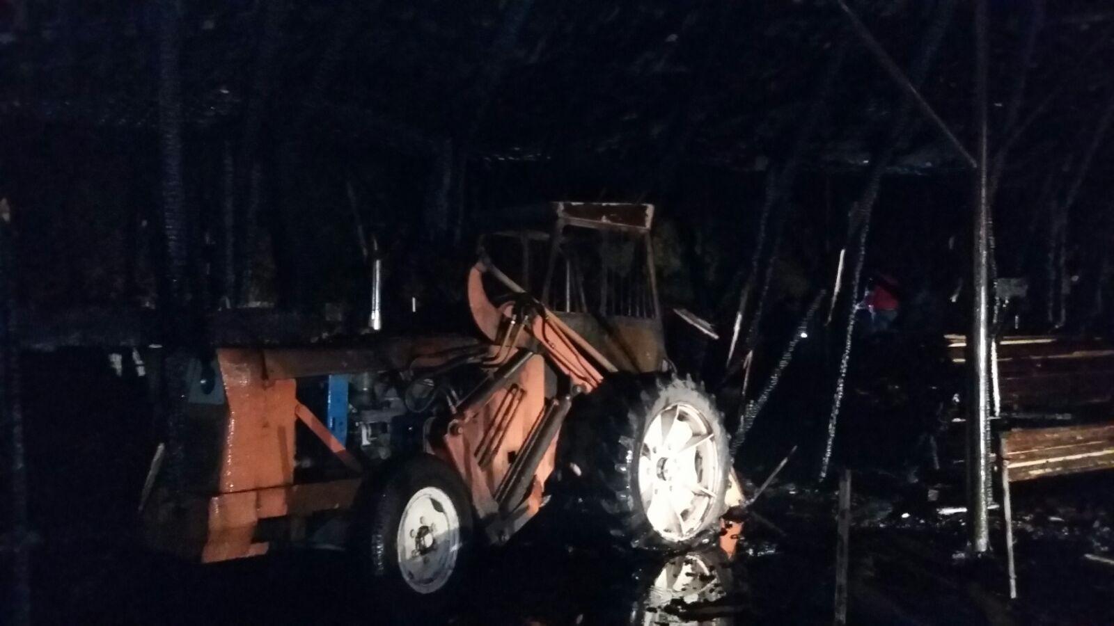 Foc izbucnit la un gater din Gorj, unde o cantitate importantă de lemn este cuprinsă de flăcări