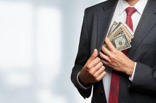 O femeie a găsit la gunoi o haină în care erau 9.000 de euro şi s-a ales cu DOSAR penal. Cui aparţineau BANII