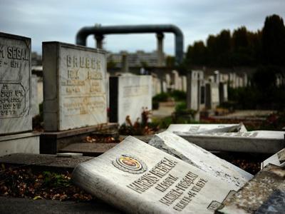 Imaginea articolului Acte de vandalism în Cimitirul Evreiesc din Reghin, doi adolescenţi sunt cercetaţi