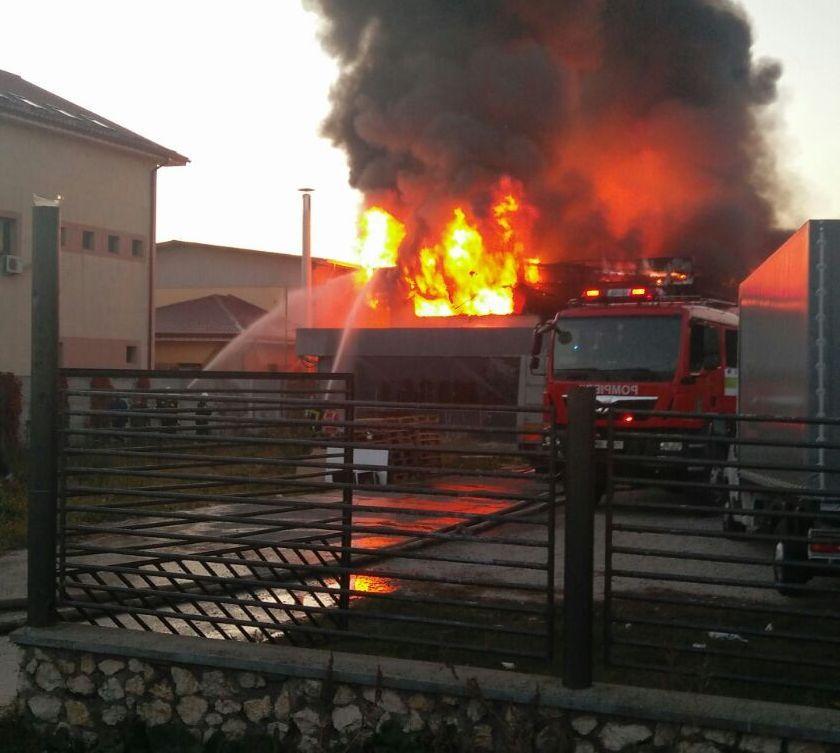 Incendiu în judeţul Vâlcea: Intervenţie dificilă pentru stingerea focului izbucnit la un depozit de instalaţii electrice | FOTO