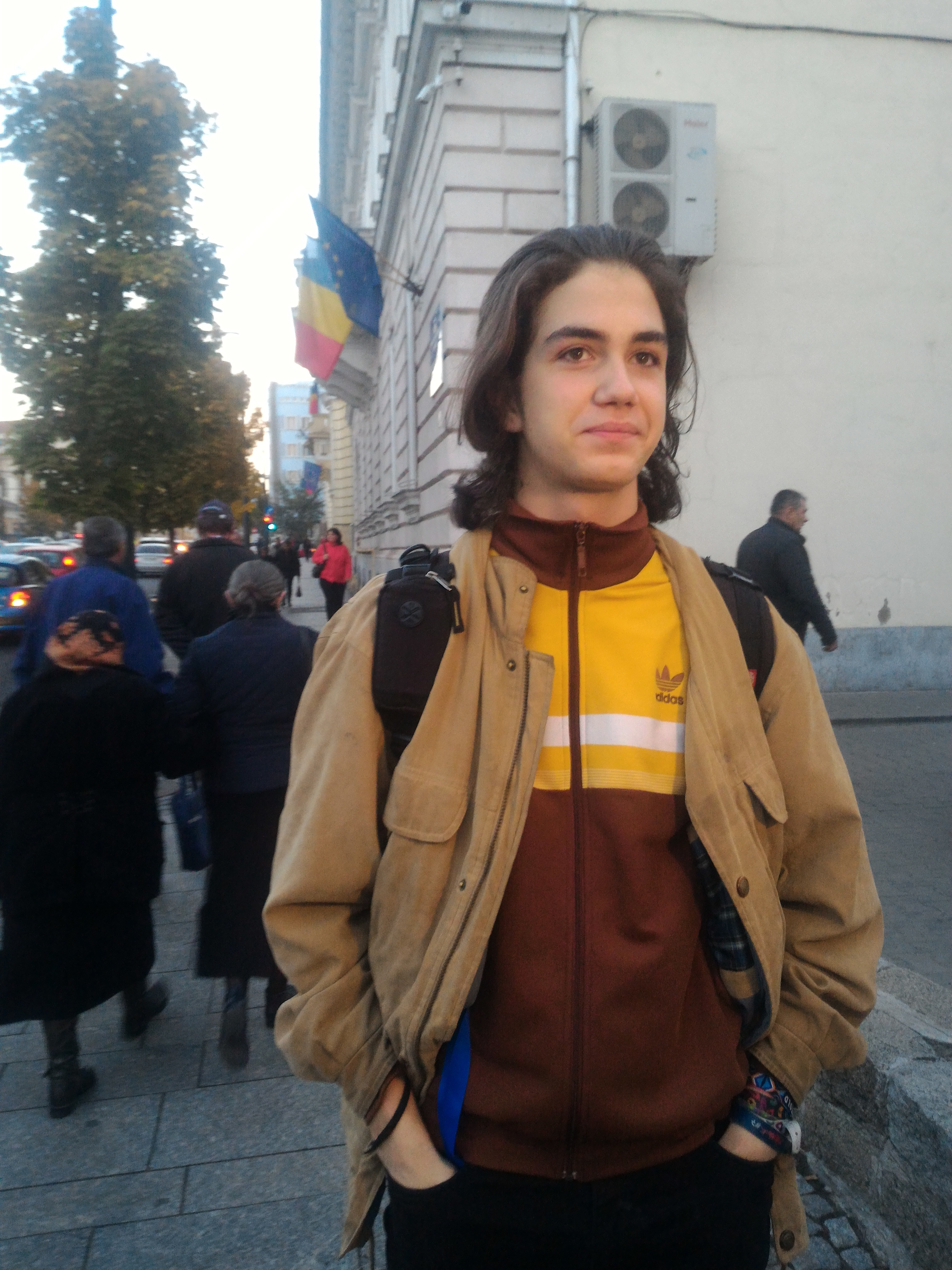 Tudor Helgiu, elevul devenit cunoscut după ce a fost trimis acasă din cauza părului lung, a mers azi la şcoală netuns   FOTO
