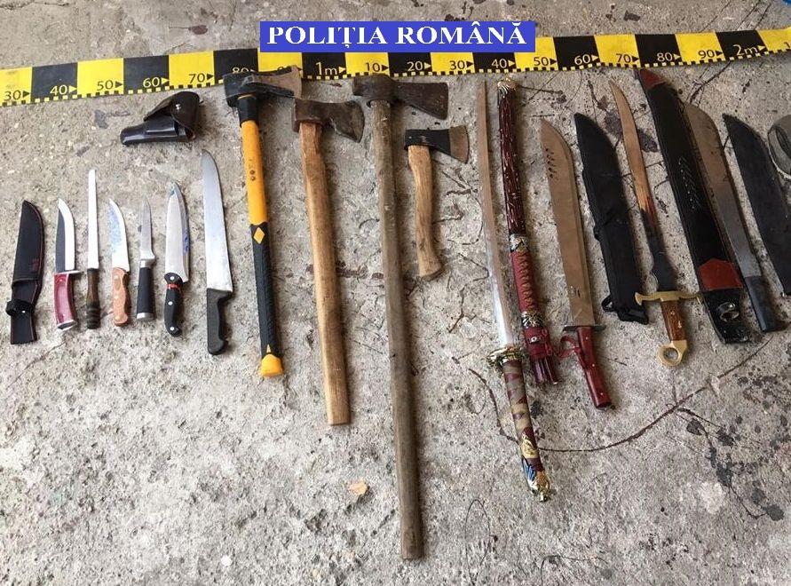 Un pistol, cuţite, săbii şi macete, ridicate de la mai mulţi romi din Lugoj, după percheziţii