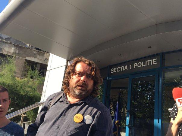 Imaginea articolului Senatorul cu plete şi barbă, Mihai Goţiu, îi cere explicaţii lui Liviu Pop pentru elevii daţi afară de la ore pentru că aveau părul lung