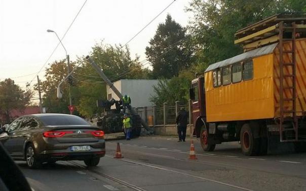 Imaginea articolului Un vehicul de luptă blindat a lovit un stâlp în Galaţi