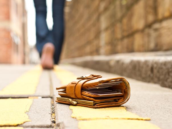 Un tânăr din Motru a predat la Poliţie un portofel cu o sumă importantă, pierdut de un preot. Unde a găsit banii