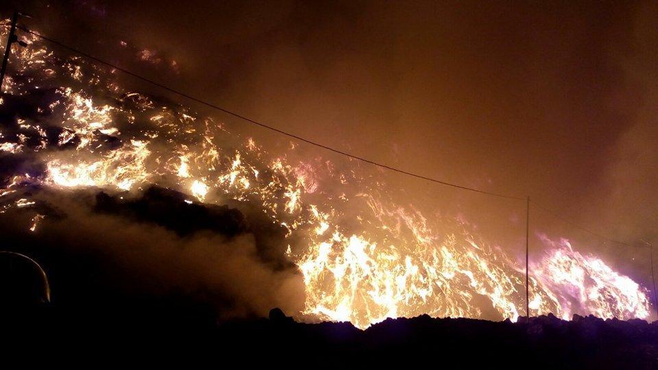 Incendiu pe rampa temporară de deşeuri de la Pata Rât a reizbucnit