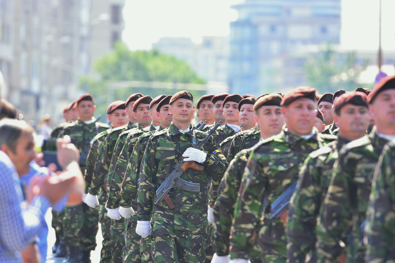 Ziua Armatei: Militari la Mall, concerte în parcuri şi retragere cu torţe