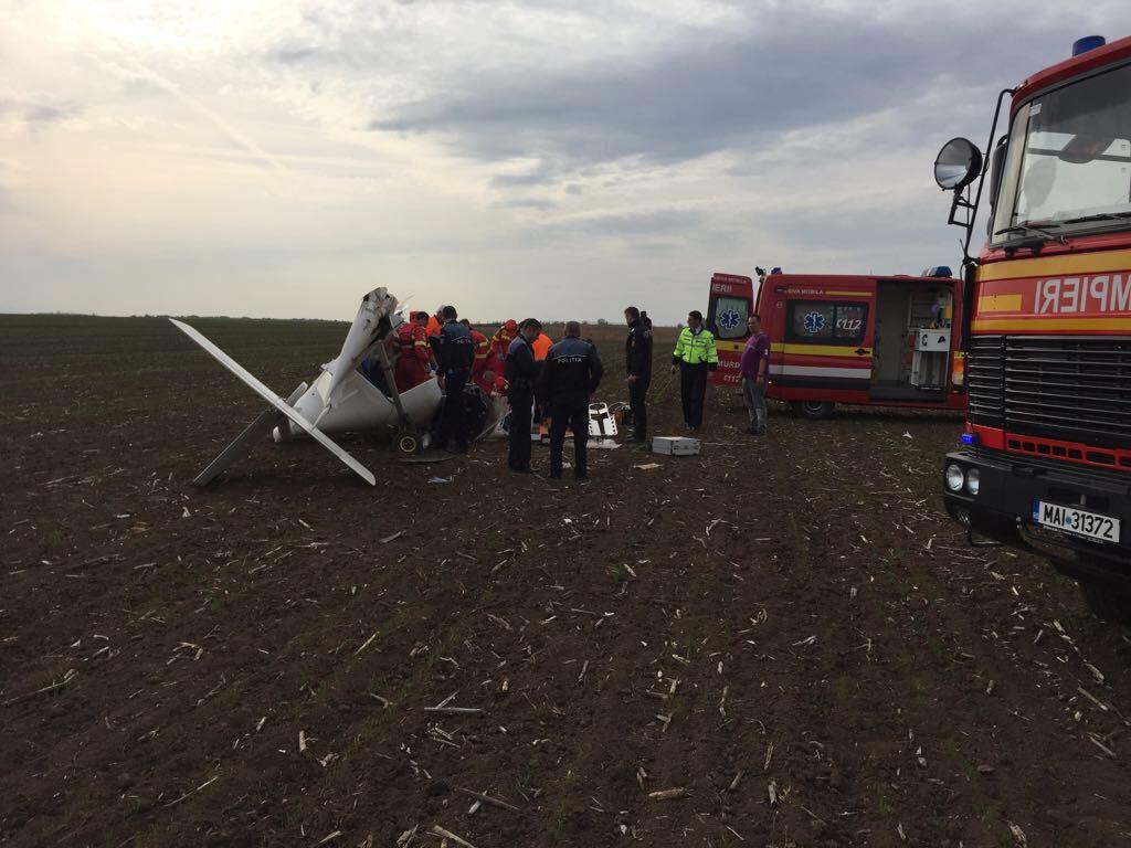 INCIDENT AVIATIC | Un avion de mici dimensiuni a aterizat forţat în Alba. Starea pilotului, gravă | FOTO