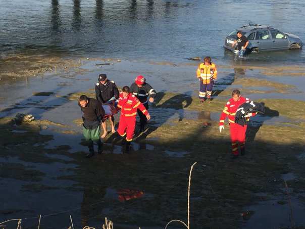 Imaginea articolului O maşină în care se aflau doi oameni a căzut în râul Olt, după ce şoferul a adormit la volan   FOTO