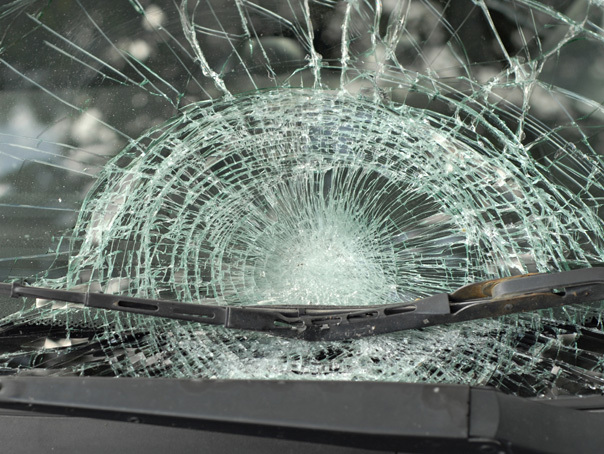 Bulevardul Aviatorilor, blocat de doi stâlpi de iluminat care au căzut în urma unui accident rutier / Şoferul ar fi pierdut controlul volanului