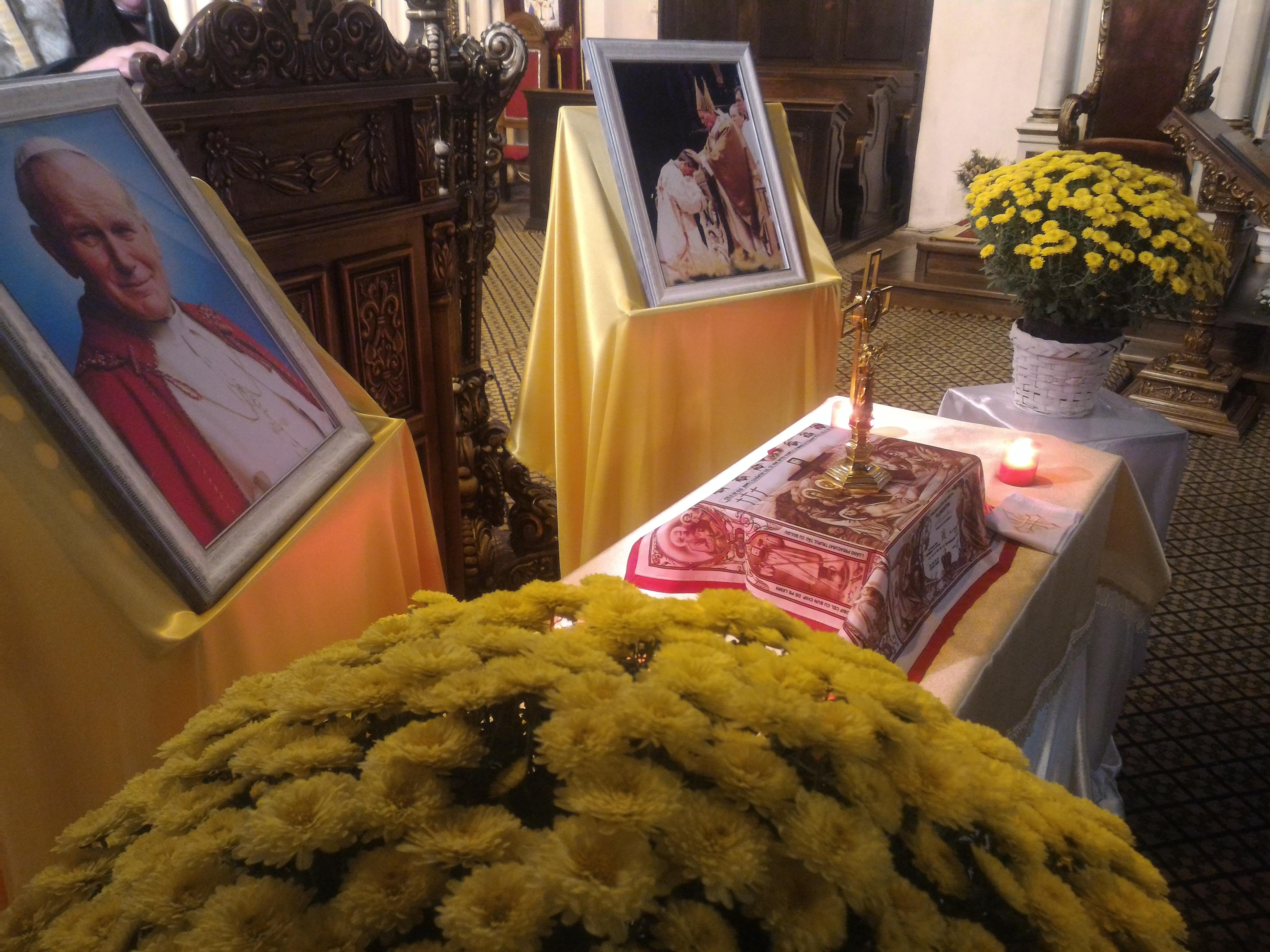 Zeci de credincioşi se închină astăzi la moaşte ale Papei Ioan Paul al II-lea, la Cluj-Napoca /  `A iubit România, pe care a numit-o 'Grădina Maicii Domnului'`   GALERIE FOTO