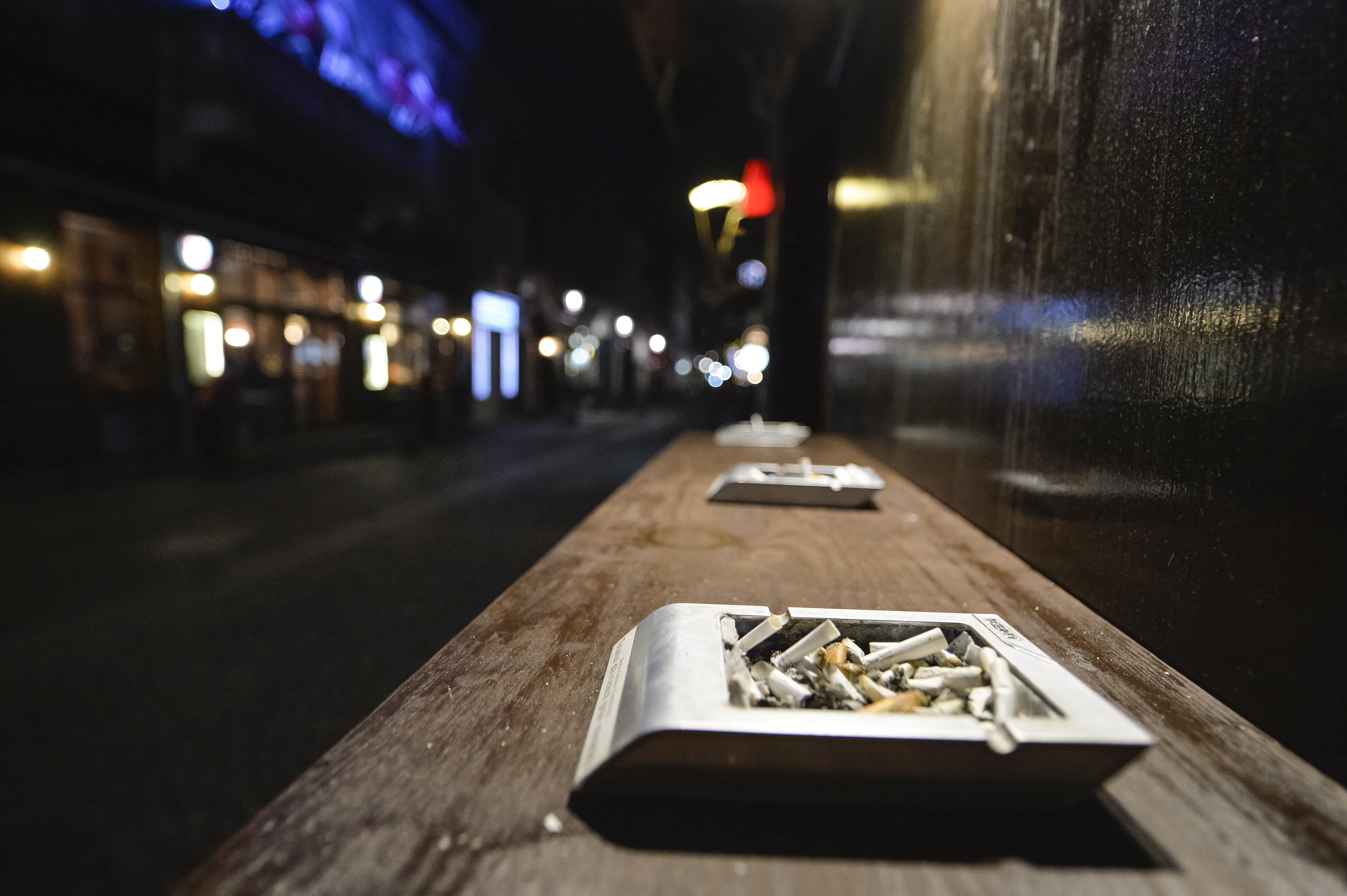 Mai multe localuri din Centrul Vechi al Capitalei, amendate pentru nerespectarea legii privind fumatul