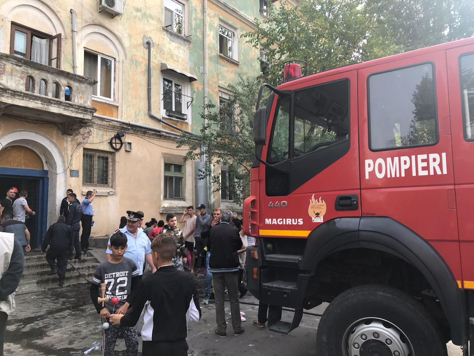 INCENDIU într-un bloc din Craiova: 25 de persoane, printre care şi copii, evacuate   FOTO