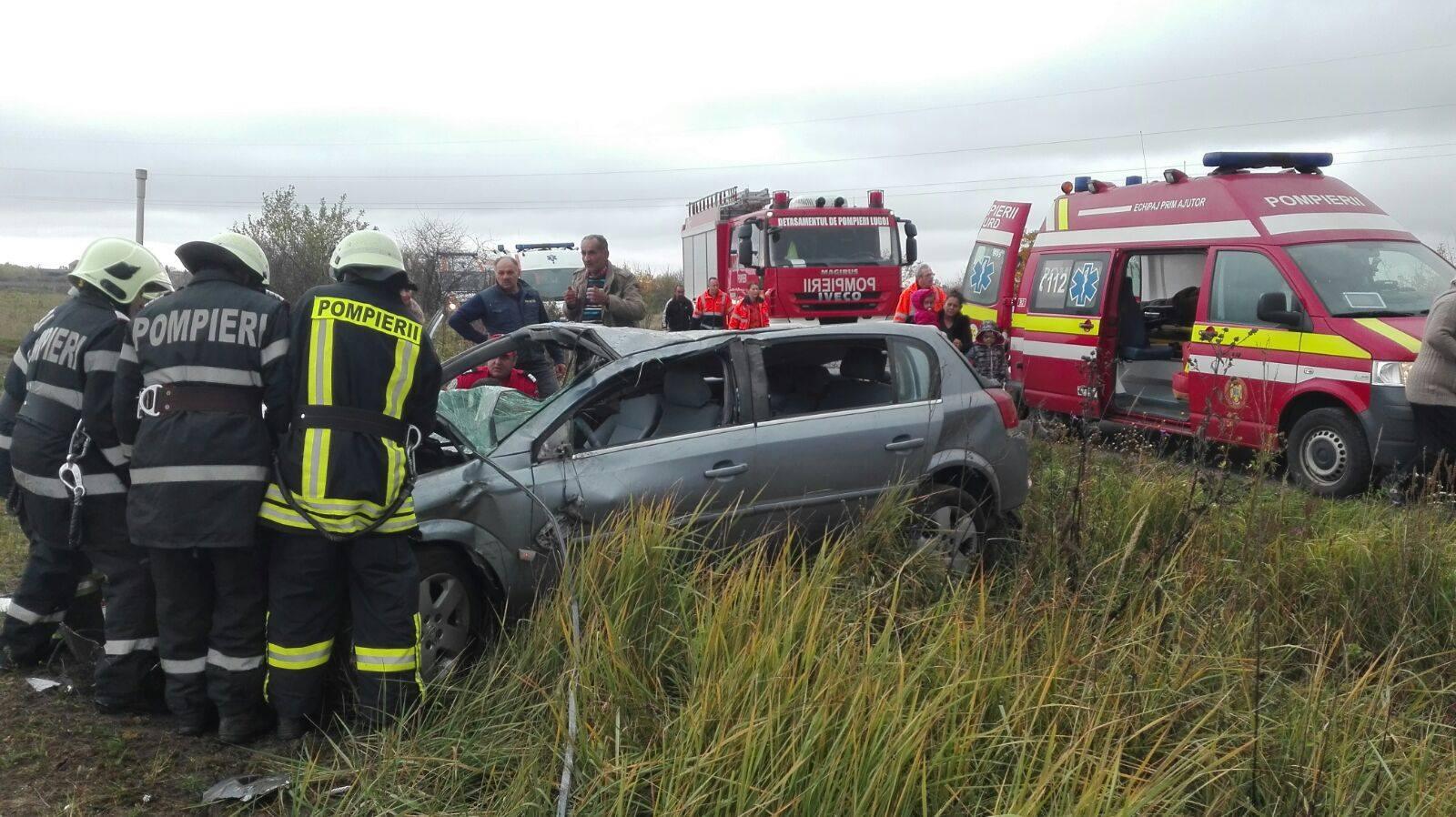 Trei persoane au fost rănite după ce maşina în care se aflau s-a răsturnat - FOTO