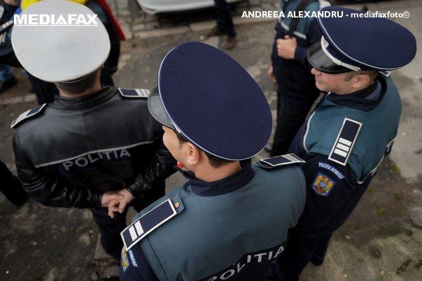 Imaginea articolului FOTO   S-au deghizat în poliţişti: Anchetă la IPJ Olt după ce cascheta şefului de post din Sprîncenata apare la nişte petrecăreţi