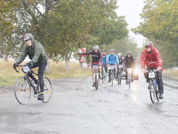 Victima vremii | Un biciclist a murit după ce s-a dezechilibrat din cauza vântului şi a fost lovit de o maşină