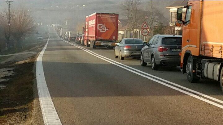 Coloană de 15 kilometri la Vama Nădlac II. Motivul pentru care şoferii aşteaptă şi patru ore pentru a ieşi din ţară