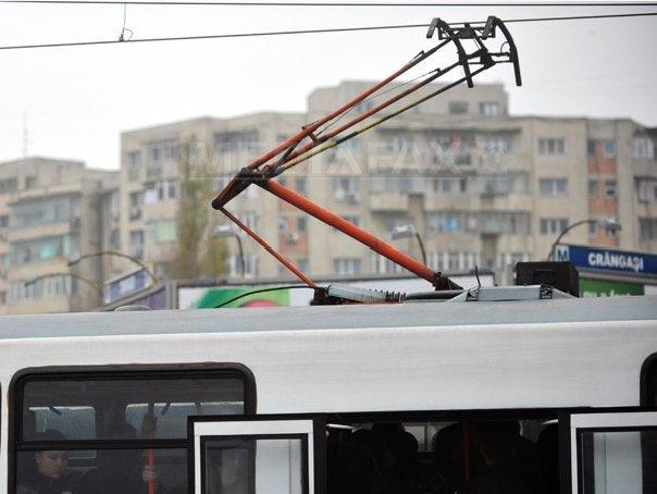 Tramvai al liniei 41, blocat pe Podul Ciurel. Circulaţia este îngreunată