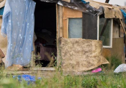 Săcele: Peste 60% dintre femeile din cel mare mare cartier de romi din ţară au devenit mame înainte de 18 ani