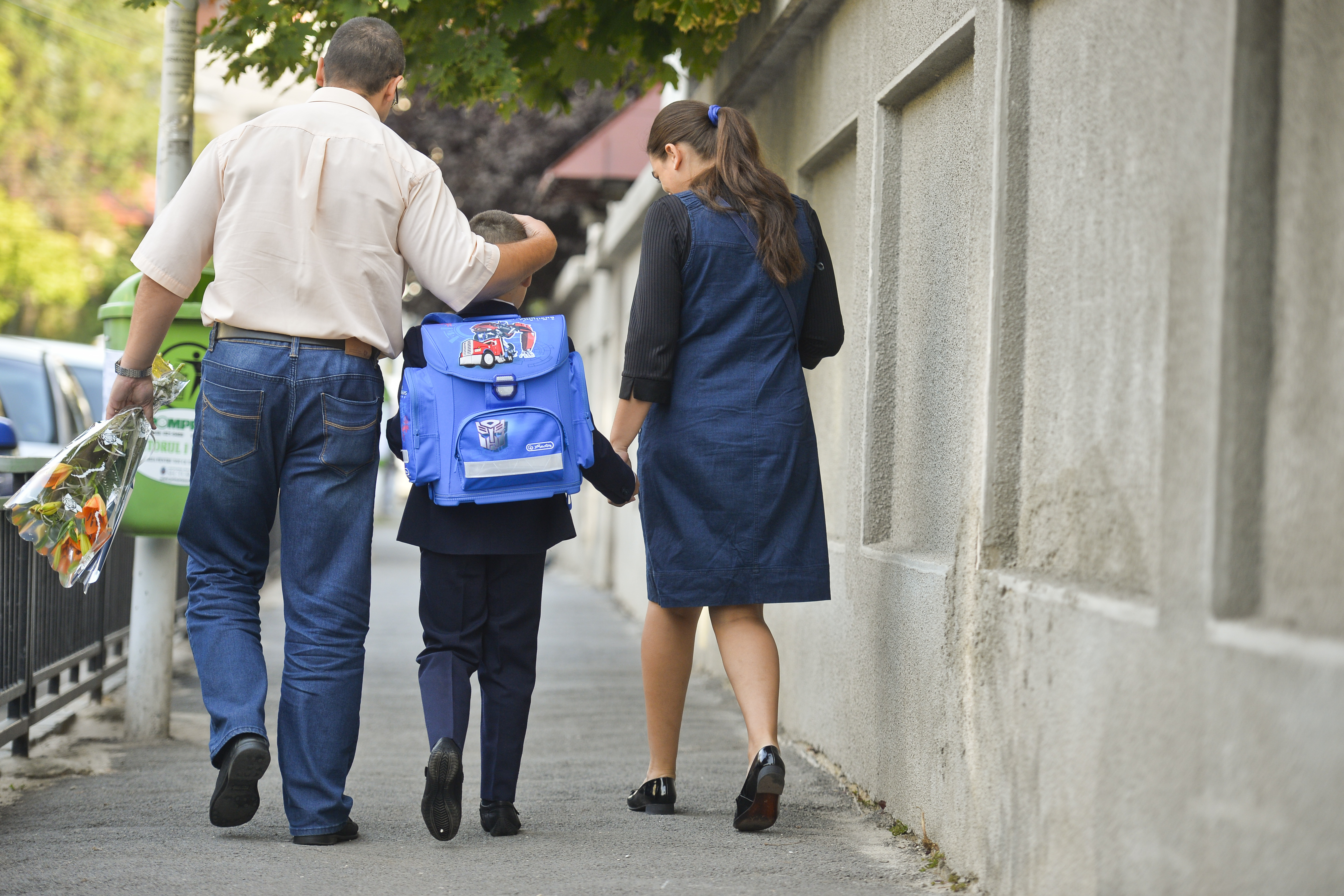 SCANDALUL manualelor alternative: Părinţii consideră că auxiliarele completează informaţiile din manualele tradiţionale