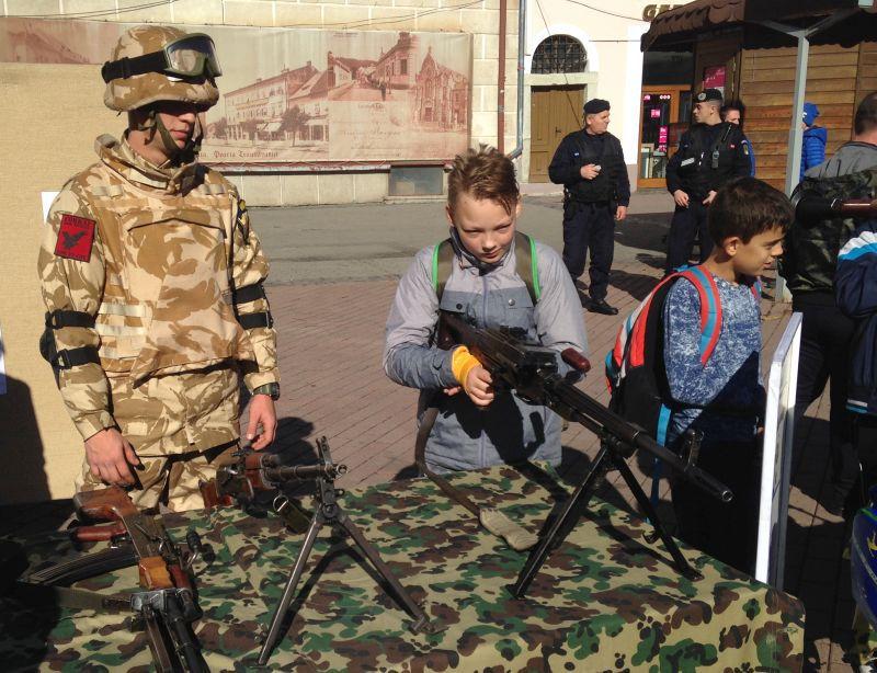 REPORTAJ: Experienţa milităriei pentru o zi, la îndemâna bucureştenilor, de Ziua Armatei | FOTO, VIDEO