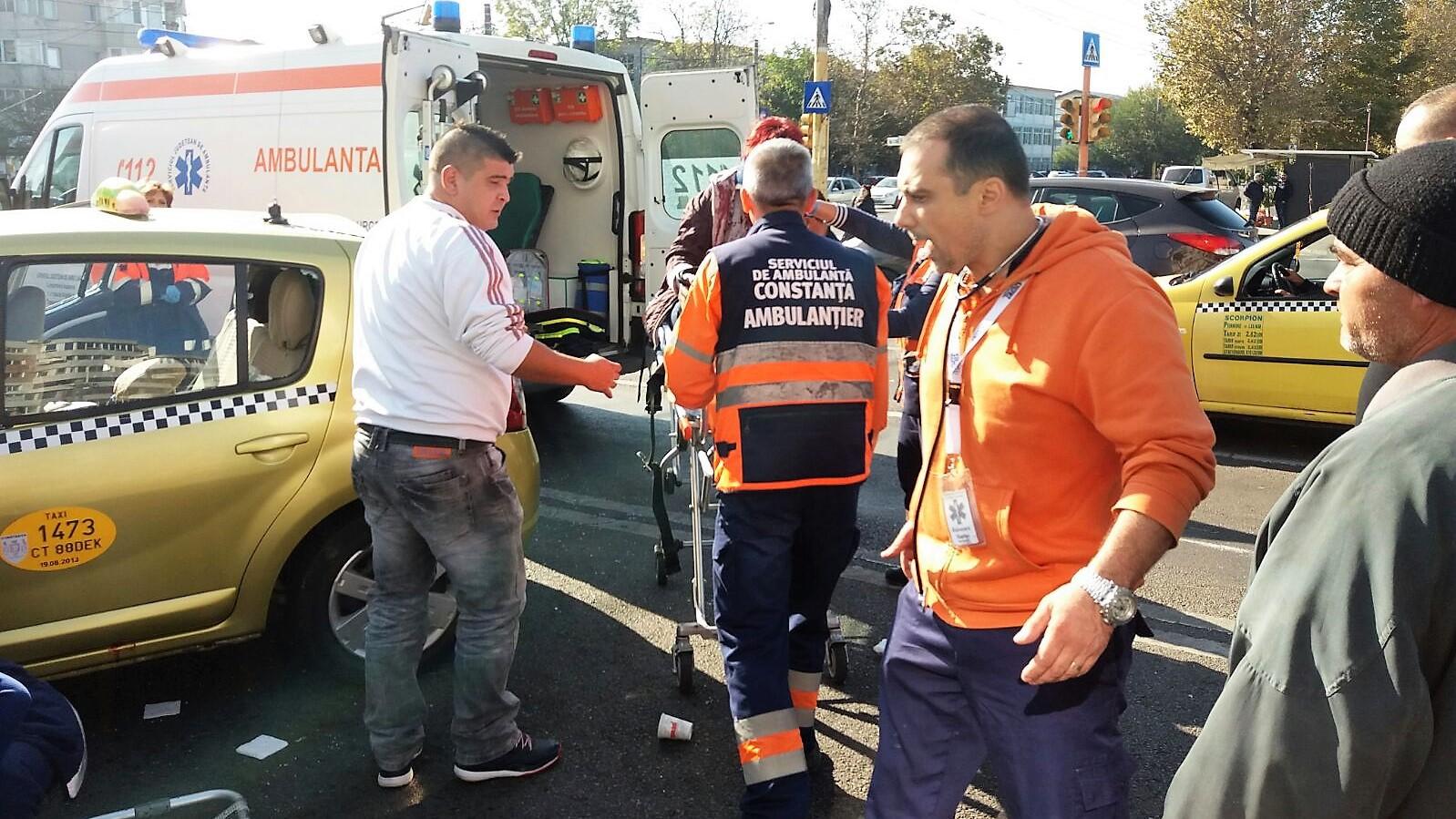 Accident GRAV. O ambulanţă care transporta un pacient s-a izbit de alt autovehicul. Patru persoane rănite